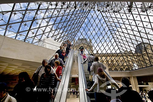 Assunto: Escada rolante do Museu do Louvre no Hall Napoleão dentro da Pirâmide / Local: Paris - França / Data: 14/09/2009