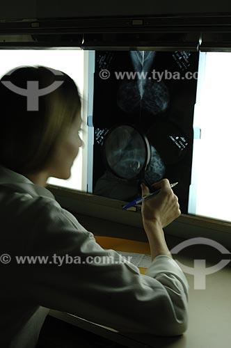 Assunto: Médica examinando raio-x no Hospital Mário Kroeff , especializado no tratamento de câncer / Local : Penha - Rio de Janeiro - RJ / Data : Setembro de 2008