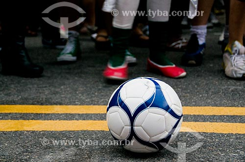 Assunto: Detalhe de bola em jogo de futebol entre drag queens promovido numa tarde de domingo por uma boate GLSBT / Local: São Paulo - SP - Brasil / Data: 03/2010