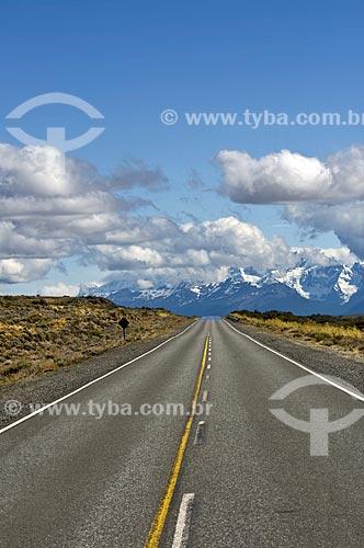 Assunto: Estrada em meio ao deserto com montanhas cobertas de gelo ao fundo no  Parque Nacional los Glaciares - o parque foi declarado Patrimônio da Humanidade pela UNESCO em 1981  / Local:  Patagônia - Argentina  / Data: 19/02/2010