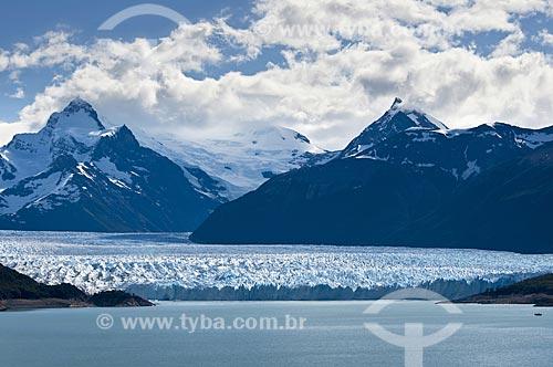 Assunto: Fragmentos de gelo sobre a água na Geleira (Glaciar) Perito Moreno no Parque Nacional Los Glaciares - o parque foi declarado Patrimônio da Humanidade pela UNESCO em 1981  / Local:  Patagônia - Argentina  / Data: 19/02/2010