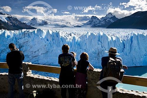 Assunto: Turistas observando a geleira (Glaciar) Perito Moreno no Parque Nacional Los Glaciares - o parque foi declarado Patrimônio da Humanidade pela UNESCO em 1981  / Local:  Patagônia - Argentina  / Data: 19/02/2010