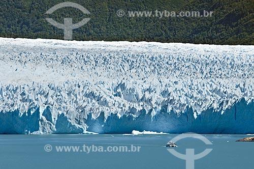 Assunto: Barco em frente à geleira (Glaciar) Perito Moreno no Parque Nacional Los Glaciares - o parque foi declarado Patrimônio da Humanidade pela UNESCO em 1981  / Local:  Patagônia - Argentina  / Data: 19/02/2010