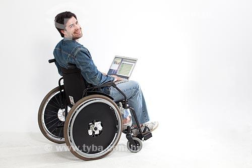 Assunto: Homem usando computador em uma cadeira de rodas  / Local:  Rio de Janeiro - RJ - Brasil  / Data: 08/06/2010