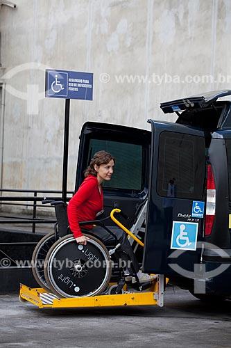 Assunto: Cadeirante utilizando o serviço de taxi adaptado, equipado com elevador para transportar cadeira de rodas  / Local:  Rio de Janeiro - RJ - Brasil  / Data: 12/06/2010