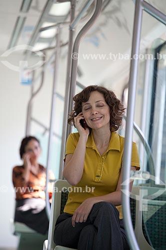 Assunto: Mulher falando ao celular durante viagem de trem da SuperVia  / Local:  Rio de Janeiro - RJ - Brasil  / Data: 18/06/2010