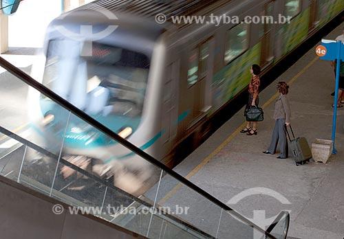 Assunto: Mulheres esperando a chegada do trem da SuperVia, na plataforma de embarque  / Local:  Rio de Janeiro - RJ - Brasil  / Data: 18/06/2010