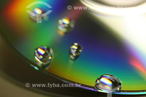 Assunto: Detalhe em macro de gotas em um CD / Local: Estúdio / Data: 17/05/2010