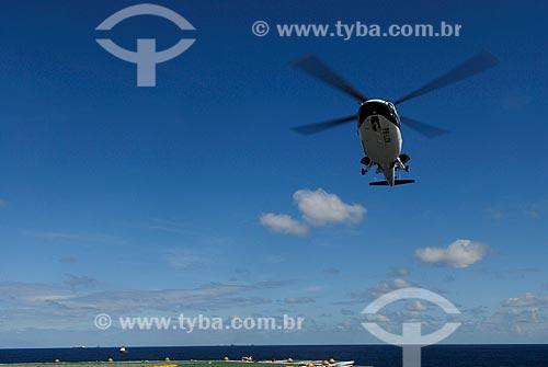 Assunto: Helicóptero pousando no heliponto do navio-plataforma de petróleo FPSO Fluminense da Shell  / Local:  Bacia de Campos - RJ - Brasil  / Data: 06/2010