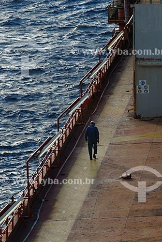 Assunto: Trabalhador no navio-plataforma de petróleo FPSO Fluminense da Shell  / Local:  Bacia de Campos - RJ - Brasil  / Data: 06/2010
