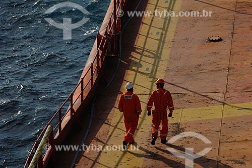 Assunto: Trabalhadores no navio-plataforma de petróleo FPSO Fluminense da Shell  / Local:  Bacia de Campos - RJ - Brasil  / Data: 06/2010
