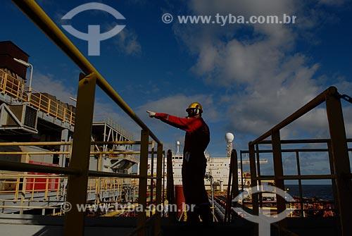 Assunto: Assistência médica aos trabalhadores embarcados no navio-plataforma de petróleo FPSO Fluminense da Shell  / Local:  Bacia de Campos - RJ - Brasil  / Data: 06/2010