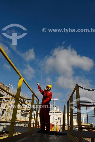 Assunto: Trabalhador embarcado no navio-plataforma de petróleo FPSO Fluminense da Shell  / Local:  Bacia de Campos - RJ - Brasil  / Data: 06/2010