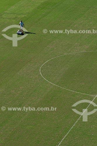 Assunto: Funcionário cortando a grama do campo de futebol do Estádio Jornalista Mário Filho - Maracanã  / Local:  Rio de Janeiro - RJ - Brazil  / Data: 06/2010