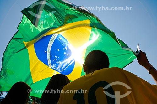 Assunto: Torcedores com bandeira brasileira assistem a jogo do Brasil no Vale do Anhangabau durante a Copa do Mundo de 2010 / Local: São Paulo - SP / Data: 07/2010