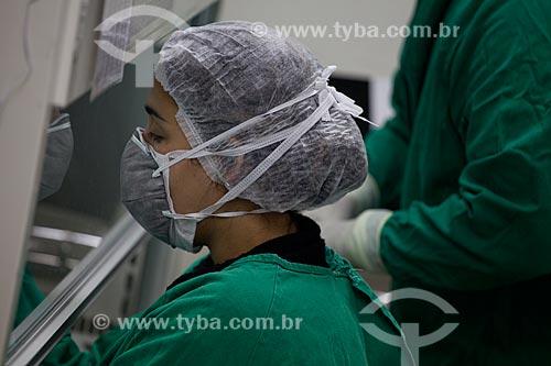 Assunto: Produção de quimioterápico, enfermeira com máscara de proteção  no INCA III - Instituto Nacional do Câncer  / Local:  Vila Isabel - Rio de Janeiro - RJ  / Data: 09-2010