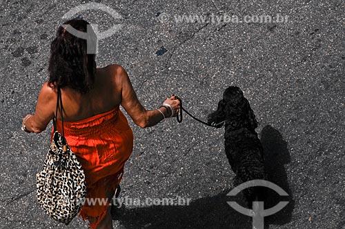 Assunto: Mulher passeando com cachorro / Local: Ipanema - Rio de Janeiro - RJ - Brasil / Data: 01/2009