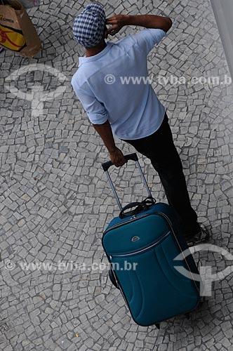 Assunto: Turista carregando bagagem em Copacabana  / Local:  Copacabana - Rio de Janeiro - RJ - Brasil  / Data: 01/2009