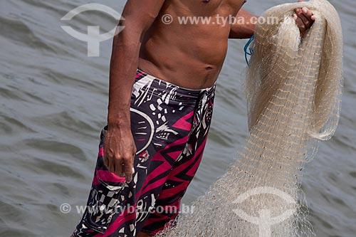 Assunto: Detalhe de pescador com a rede de  pesca   / Local:  Ilha de Deus - Recife - Pernambuco  / Data: 14/10/2010