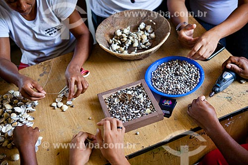 Artesãs  no Centro Educacional de Artesanato Saber Viver (Oficina de geração de renda) utilizando conchas como matéria prima - Ilha de Deus   - Recife - Pernambuco - Brasil