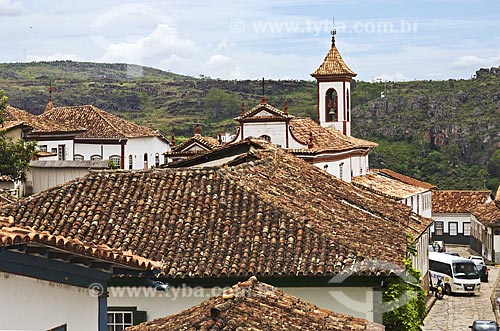 Assunto: Vista sobre os telhados de casas coloniais com a Igreja de Nossa Senhora do Carmo ao fundo  / Local:  Diamantina - Minas Gerais - MG - Brasil  / Data: 12/2009
