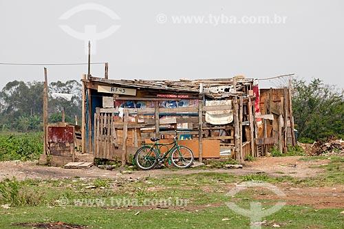 Assunto: Barraco de madeira na várzea do Rio Tietê  / Local:  São Paulo  / Data: 10/2010