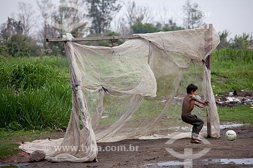 Assunto: Crianças jogando futebol na na várzea do Rio Tietê - Vila Laurita  / Local:  São Paulo  / Data: 10/2010