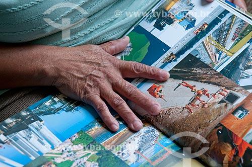 Assunto: Mulher folheando livro de fotos  / Local:  São Paulo  / Data: 04/10/2010