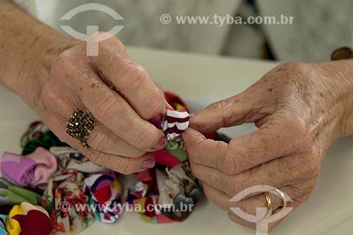 Assunto: Senhora fazendo trabalhos manuais no Condominio Vila dos Idosos  / Local:  Bairro Pari - São Paulo - SP  / Data: 07/10/2010