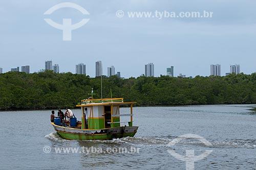 Assunto: Barco no Rio Capibaribe próximo à manguezal da Ilha de Deus com prédios da Praia de Boa Viagem ao fundo   / Local:  Recife - Pernambuco  / Data: 14/10/2010
