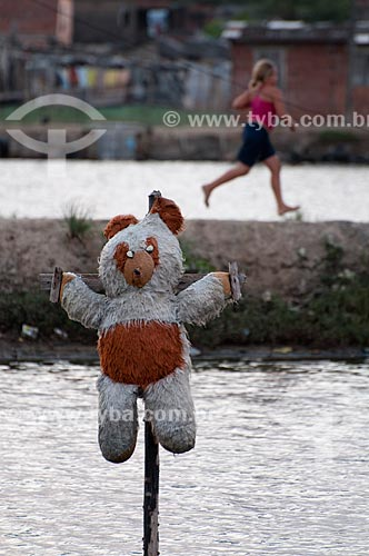 Assunto: Boneco da sorte (urso de pelúcia) no tanque para criação de camarão em cativeiro -  Ilha de Deus   / Local:  Recife - Pernambuco  / Data: 14/10/2010