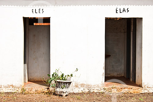 Assunto: Banheiros ao lado da Igreja Matriz / Local: Bom Jesus do Oeste - Santa Catarina (SC) - Brasil / Data: 14/02/2010