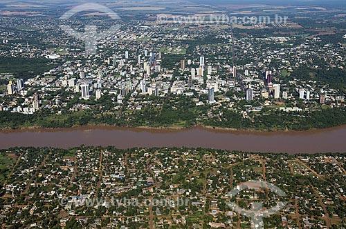 Assunto: Contraste entre a Ciudad del Este (embaixo) e Foz do Iguaçu (em cima) separadas pelo Rio Paraná  / Local:  Foz do Iguaçu - Paraná - PR e Ciudad del Este - Paraguai  / Data: 11/2009