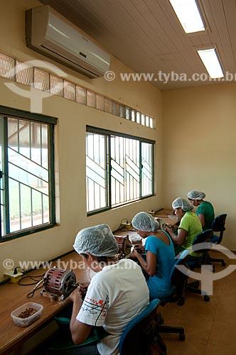 Assunto: Cooperativa Biojóias - Unidade de Beneficiamento - Mulheres serrando sementes regionais para uso em peças para adorno feminino tais como colares, anéis, brincos - Estação Conhecimento  / Local:  Tucumã - Pará  / Data: 03/11/2010