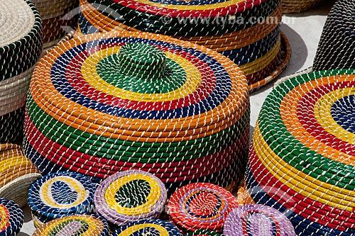 Assunto: Cestaria - Artesanato feito de fibra vegetal e papel celofane  / Local:  próximo à Praia do Gunga - Alagoas  / Data: 2011