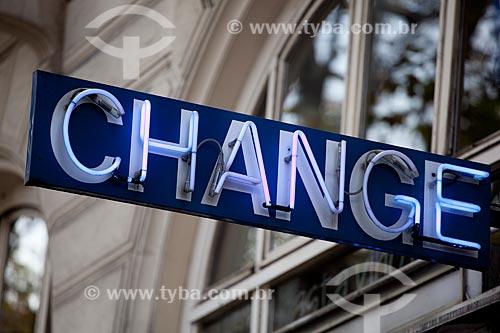 Assunto: Placa de casa de câmbio em Paris  / Local:  Paris - França  / Data: 11/2010