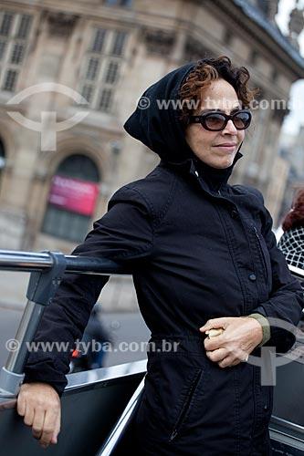 Assunto: Mulher em ônibus de turismo pelas ruas de Paris  / Local:  Paris - França  / Data: 11/2010