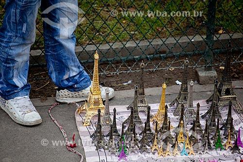 Assunto: Turismo - souvenirs à venda em Paris  / Local:  Paris - França  / Data: 11/2010