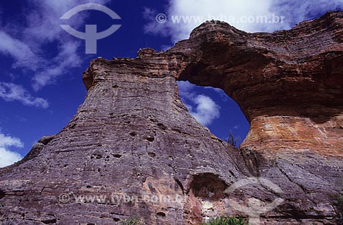 Assunto: Cadeia de montanhas com paredes esculpidas em rochas sedimentares, incluindo uma