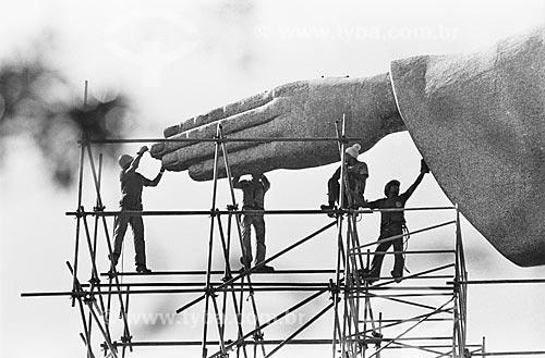 Assunto: Operários durante a recuperação do monumento do Cristo Redentor por ocasião da visita do papa João Paulo II  / Local:  Rio de Janeiro - RJ - Brasil  / Data: 1980