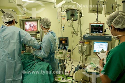 Hospital Federal de Ipanema - centro cirúrgico - cirurgia urológica - médicos e anestesista em procedimento de prostatectomia  radical por vídeo observam a tela do rec de cirurgia videolaparoscópica  - Rio de Janeiro - Rio de Janeiro - Brasil