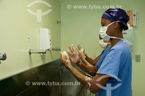 Assunto: Hospital Federal de Ipanema, centro cirurgico. Procedimentos de assepsia no preparo da enfermagem para cirurgia. Enfermeiras lavando as mãos. / Local: Hospital Federal de Ipanema-Rio de Janeiro- RJ / Data: 10/2010