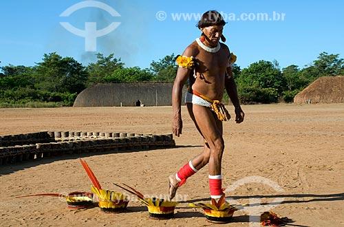 Índio Dyaua preparando o Kuarup - Aldeia Aiha Kalapalo  - Querência - Mato Grosso - Brasil