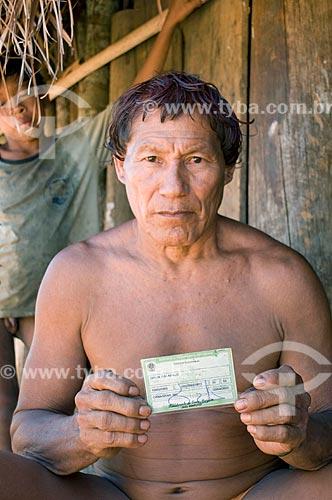 Índio Dyaua Kalapalo com título de eleitor - Aldeia Aiha Kalapalo  - Querência - Mato Grosso - Brasil