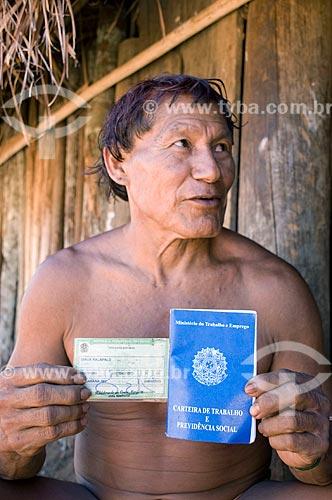 Índio Dyaua Kalapalo com título de eleitor e carteira profissional - Aldeia Aiha Kalapalo  - Querência - Mato Grosso - Brasil