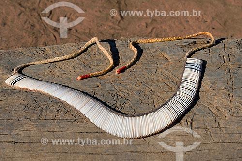 Assunto: Colar artesanal feito de cochas de caramujo - Adeia Kalapalo - Parque Indígena do Xingu  / Local:  Querência - Mato Grosso - MT  / Data: 07/2009