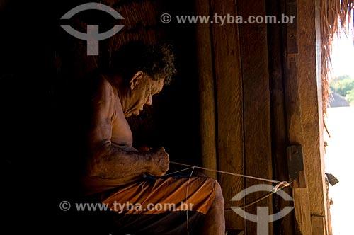 Assunto: Mulher idosa fazendo artesanato com cochas de caramujo - Adeia Kalapalo - Parque Indígena do Xingu  / Local:  Querência - Mato Grosso - MT  / Data: 07/2009