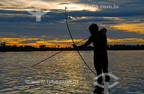 Assunto: Pesca com arco e flecha - Adeia Kalapalo - Parque Indígena do Xingu  / Local:  Querência - Mato Grosso - MT  / Data: 07/2009