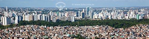 Assunto: Vista aérea de favela em Salvador com prédios ao fundo  / Local:  Salvador - Bahia - BA  / Data: 01/2011