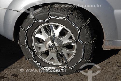 Assunto: Roda de carro com correntes para andar na neve  / Local:  Vale Nevado - Chile  / Data: 2008